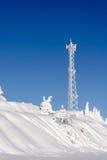 Башня радиосвязей антенны предусматриванная в белом заморозке Стоковое фото RF