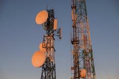 Башня радиосвязей на восходе солнца и голубом небе Стоковые Изображения RF