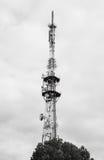 Башня радиосвязей против облачного неба Стоковая Фотография RF