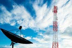 Башня радиосвязей с спутниковой антенна-тарелкой на небе Стоковое Изображение RF