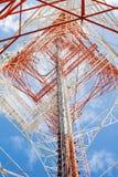 Башня радиосвязей с ясным голубым небом Стоковое фото RF