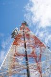 Башня радиосвязей с ясным голубым небом Стоковая Фотография