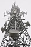 Башня радиосвязи в тумане стоковые изображения rf
