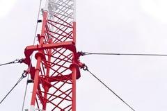 Башня радиосвязи используемая для того чтобы передать телевидение и сигналы 3g изолированные на белизне Стоковое Изображение RF