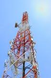 Башня радиосвязи с голубым небом стоковое изображение
