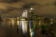 Башня Рембрандта в центре города Амстердама к ноча Стоковые Фото