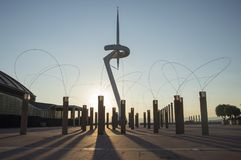 Башня связей Montjuic Сантьяго Калатрава 1991 и уличными фонарями в после полудня, Anella Olimpica Барселона Cataloni стоковые изображения rf