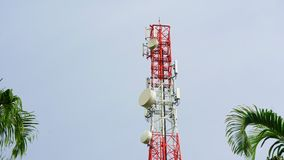 Башня связи, башня мобильного телефона в джунглях в горах Вид с воздуха: спутник, башня мобильного телефона, на a видеоматериал