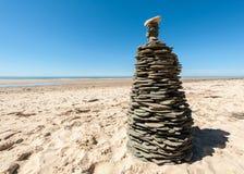 Башня сделанная плоских камней на песчаном пляже Стоковое фото RF