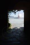 Башня сказки от пещеры бесплатная иллюстрация
