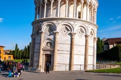 Башня склонности Пизы в dei Miracoli аркады стоковое изображение