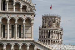 Башня склонности детали и верхней части собора в Пизе Стоковая Фотография