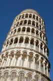 Башня склонности Пизы в Италии с пасмурной предпосылкой стоковые фотографии rf