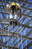 Башня сотового телефона альпиниста восходящая стоковая фотография