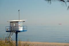 Башня спасения стоит на пляже Ahlbeck в хорошую погоду стоковое изображение