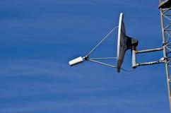 башня спутника тарелки связей Стоковое фото RF