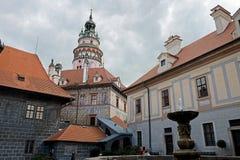 Башня средневекового замка Cesky Krumlov стоковые фотографии rf