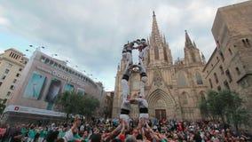Башня строения Castellers человеческая в Барселоне сток-видео