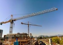 Башня, строя краны, железные штуцеры зданий под constru Стоковое Изображение RF