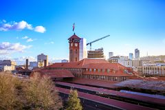 Башня с часами здания транспорта поезда станции соединения сложная стоковые фото
