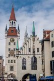 Башня с часами с зодиаком против голубого неба стоковое изображение