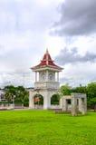Башня с часами и зеленая трава Стоковые Фото
