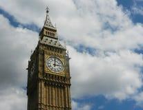 Башня с часами и небо большого Бен стоковые изображения