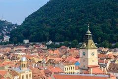Башня с часами и черепицы в Brasov, Трансильвании, Румынии Стоковое Фото