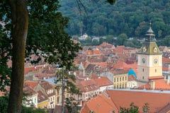 Башня с часами и черепицы в Brasov, Трансильвании, Румынии Стоковое Изображение RF