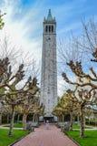 Башня с часами на кампусе коллежа Стоковое фото RF