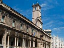 Башня с часами перед собором Duomo в милане стоковые фото