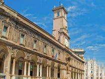 Башня с часами перед собором Duomo в милане стоковые изображения