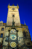 Башня с часами ратуши Праги к ноча Стоковое фото RF