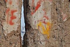 Башня ТВ Берлина через Берлинскую стену стоковые изображения