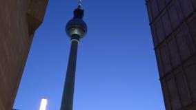 Башня ТВ ночи и железнодорожный вокзал Alexanderplatz, Берлин, Германия сток-видео