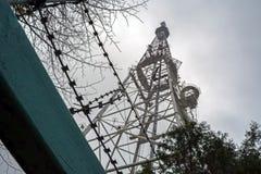 Башня ТВ с передатчиками телефона против облачного неба стоковые фотографии rf