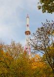 Башня телевидения на предпосылке неба Стоковые Фотографии RF