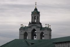 Башня церковного колокола Кремля на день overcast стоковые фото