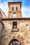 башня церковного колокола Notre-Дам-du-Поединок-du-Pont с одним из ворот к городку Свят-Джин-Пестрый-de-порта, Франции стоковые изображения rf