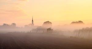 Башня церков врезанная в тумане утра стоковая фотография rf