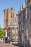 Башня церков в улице в историческом Elburg стоковая фотография rf
