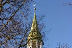 Башня церков лютеранина на предпосылке голубого неба Церковь Rauna в Лат стоковые изображения rf