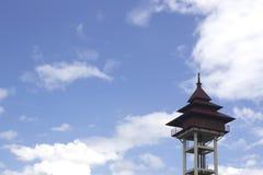 Башня цистерны с водой на небе стоковые фото