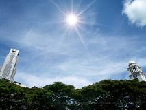 Башня часов Виктория и башня, небо и солнце Стоковые Фотографии RF