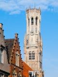 Башня, aka Бельфор колокольни, Брюгге, средневековая колокольня в историческом центре Брюгге, Бельгии конец красит воду взгляда л Стоковая Фотография RF