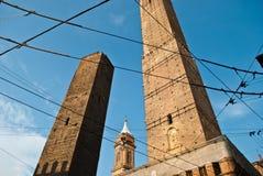Башня Asinelli и Garisenda возвышаются в центре города болонья Стоковое Изображение