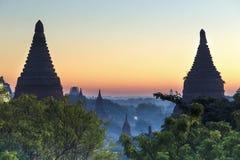 Башня Bagan Будды на дне стоковое фото rf