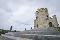 Башня Briens ` o на скалах Moher, Ирландии Стоковые Фотографии RF