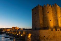 Башня Calahorra на римском мосте в Cordoba Стоковые Фотографии RF
