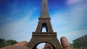 Башня Eiffle в руке стоковые изображения rf